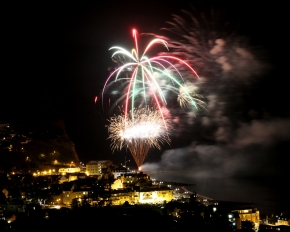 The spectacular Sidmouth Regatta firework display lights up the seafront on Saturday night. Ref shs 9117-36-15SH. Picture: Simon Horn